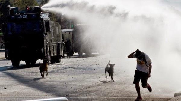 Represión policial a manifestantes, pero es en Chile. ¡Si hubiera sido en Venezuela!